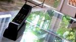Telefon na szklanym stoliku