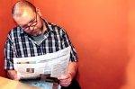 pan czytający gazetę